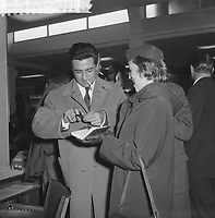 Arrival Gilbert Bécaud at Schiphol, HOLLAND,<br />  October 21, 1960<br /> <br /> Photographer Lindeboom, Henk / Anefo