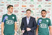 SAO PAULO, SP, 06 FEVEREIRO 2013 - TREINO S.E. PALMEIRAS -  O presidente do Paulo Nobre (C) apresenta os jogadores Marcelo Oliveira (E) e Charles (D) na Academia de Futebol nesta quarta-feira, 06. (FOTO: WILLIAM VOLCOV / BRAZIL PHOTO PRESS).