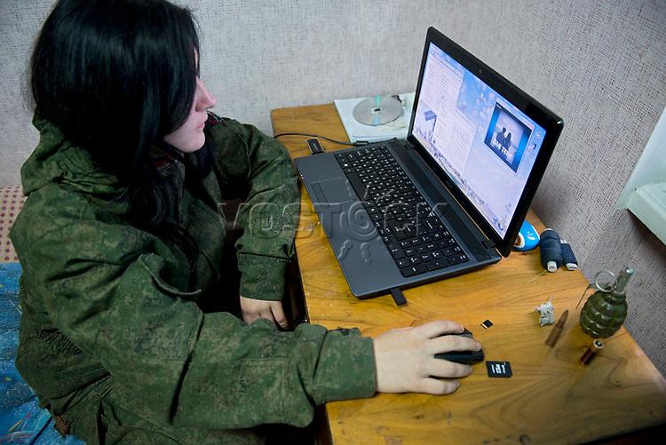 Tanya, Scharfschuetzin der pro-russischen Separatisten, Portrait, Donezk, Ukraine, 10.2014,  19-years old female sniper of the DNR (Donetsk People's Republic) Army listens music from a lap-top at the impovised DNR military base o the suburb of Donetsk. ***HIGHRES AUF ANFRAGE*** ***VOE NUR NACH RUECKSPRACHE***