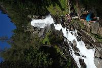 cascata in montagna,瀑布在山中,Водопад в горах,<br /> Cachoeira nas montanhas,Wasserfall in den Bergen,Cascada en las montañas,chute d'eau dans les montagnes,山の中で滝,산에서 폭포,air terjun di pegunungan,waterval in de bergen,wodospad w górach