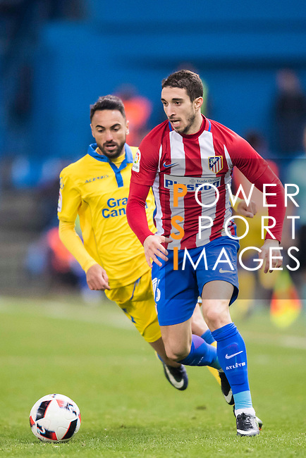 """Sime Vrsaljko (r) of Atletico de Madrid fights for the ball with Jeronimo Figueroa Cabrera """"Momo"""" of UD Las Palmas during their Copa del Rey 2016-17 Round of 16 match between Atletico de Madrid and UD Las Palmas at the Vicente Calderón Stadium on 10 January 2017 in Madrid, Spain. Photo by Diego Gonzalez Souto / Power Sport Images"""