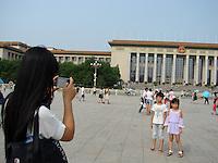 Viagem a China feita pela jornalista Liliana Lavoratti.<br /> Foto Liliana Lavoratti<br /> 08/2014<br /> <br /> República Popular da China<br /> Origem: Wikipédia, a enciclopédia livre.<br /> Disambig grey.svg Nota: Para a civilização chinesa (ou sínica), veja China (civilização). Para o país conhecido como Taiwan, veja República da China. Para outros significados, veja China (desambiguação).<br /> 中华人民共和国中国<br /> (Zhōnghuá rénmín gònghéguó zhōngguó)<br /> República Popular da China<br /> Bandeira da China<br /> Brasão de armas da China<br /> BandeiraBrasão de armas<br /> Hino nacional: Marcha dos Voluntários<br /> MENU0:00<br /> Gentílico: chinês<br /> <br /> Localização  República Popular da China<br /> <br /> Localização da China em verde escuro.<br /> A Ilha de Taiwan (em disputa com a República da China) e áreas disputadas com a Índia estão em verde claro.<br /> CapitalPequim<br /> 39°55′N 116°23′L<br /> Cidade mais populosaXangai<br /> Língua oficialChinês Mandarim¹<br /> GovernoRepública popular socialista unipartidária<br />  - PresidenteXi Jinping<br />  - Vice-presidenteLi Yuanchao<br />  - PremierLi Keqiang<br />  - Presidente do CongressoZhang Dejiang<br />  - Presidente da CCPPCYu Zhengsheng<br /> Estabelecimento <br />  - Unificação da China sob a dinastia Qin221 a.C. <br />  - Estabelecimento da República1 de janeiro de 1912 <br />  - Proclamação da República Popular1 de outubro de 1949 <br /> Área <br />  - Total9 596 961 km² (3.º)<br />  - Água (%)2,8<br />  FronteiraMongólia, Rússia, Coreia do Norte, Vietname, Laos, Mianmar, Índia, Butão, Nepal, Paquistão, Afeganistão, Tajiquistão, Quirguistão e Cazaquistão<br /> População <br />  - Estimativa de 20101 338 612 968 hab. (1.º)<br />  - Censo 20001 242 612 226 hab. <br />  - Densidade139,6 hab./km² <br /> PIB (base PPC)Estimativa de 2014<br />  - TotalUS$ 17,632 trilhões*1  (2.º)<br />  - Per capitaUS$ 12 8931  (91.º)<br /> PIB (nominal)Estimativa de 2014<br />  - TotalUS$ 10,355 trilhões*1  (2.º)<br 