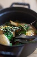 Europe/France/Bretagne/56/Morbihan/Carnac: Restaurant: Côté Cuisine - Cocotte de gigolette de volaille fermière avec son jus au thym font plaisir