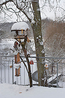 Vogel-Futterhäuschen, Futterhaus, Vogelfutterhäuschen, Vogelfutterhaus, Vogelfutter, Futterhäuschen  im Schnee, Winter auf Balkon