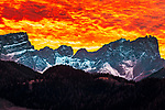 Italien, Suedtirol (Trentino - Alto Adige), Gadertal, oberhalb Wengen: Sonnenuntergang in den Dolomiten - Blick vom Weiler Tolpei in Altwengen zur Puez-Geisler-Gruppe im Naturpark Puez-Geisler, recht die Furchetta | Italy, South Tyrol (Trentino - Alto Adige), Val Badia, above La Valle: sunset in the Dolomites, view from hamlet Tolpei towards Puez-Geisler-Group at Puez-Geisler Nature Park (Parco naturale Puez Odle)