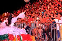 Em uma noite especial em meio ao calor tipicamente amazônico nesta época do ano, a Festa do Çairé, realizada na Vila Balneária de Alter do Chão, a 30 km de Santarém, na região oeste do Pará, chegou a um dos momentos mais esperados pelo público: a disputa entre os Botos Tucuxi e Cor de Rosa (foto), que animou quase 10 mil pessoas na estrutura montada no Lago dos Botos. O embate entre os dois maiores símbolos da região começou em 1997 e na edição deste ano eles travaram um duelo acirrado em busca do desempate. <br /> <br /> FOTO: WILLIAM SANTOS<br /> DATA: 23.09.2017<br /> SANTARÉM - PARÁ