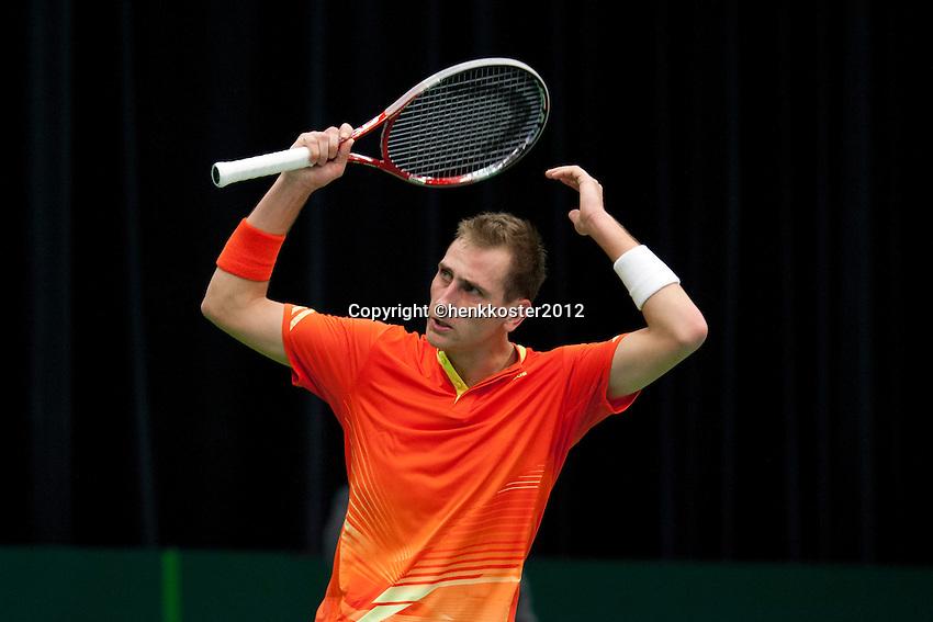 10-02-12, Netherlands,Tennis, Den Bosch, Daviscup Netherlands-Finland, Loting, Thiemo de Bakker  zweept het publiek op