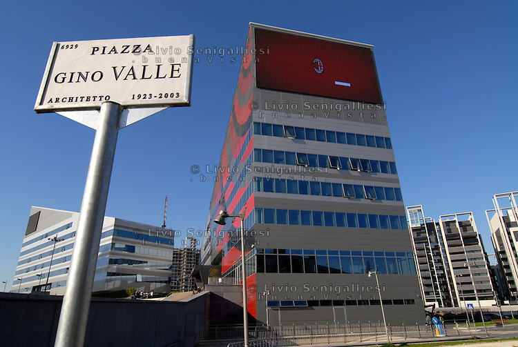 Milano Italia 13 aprile 2015<br /> Piazza Gino Valle, al centro del grande laboratorio architettonico che ha rivoluzionato l'area dell'ex Alfa Romeo, nel quartiere Portello-Fiera.In primo piano la nuova sede del Milan.<br /> Gino Valle Square, the center of the great architectural laboratory that revolutionized the skyline of the old industrial area of the former Alfa Romeo, in the district Portello-Fair.<br /> Photo Livio Senigalliesi