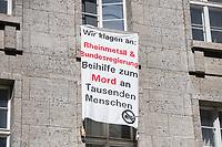 """Protest gegen die Jahreshauptversammlung des Ruestungskonzern Rheinmetall am Dienstag den 8. Mai 2018 in Berlin.<br /> Verschiedene Friedensgruppen und die Linkspartei haben zu dem Protest aufgerufen.<br /> Im Bild: Demonstranten haben gegenueber der Jahreshauptversammlung ein Transparent mit der Aufschrift """"Wir klagen an: Rheinmetall & Bundesregierung Beihilfe zum Mord an Tausenden Menschen"""" aus einem Fenster der """"Gedenkstaette Deutscher Widerstand"""" gehaengt. Das Transparent wurde nach wenigen Minuten entfernt.<br /> 8.5.2018, Berlin<br /> Copyright: Christian-Ditsch.de<br /> [Inhaltsveraendernde Manipulation des Fotos nur nach ausdruecklicher Genehmigung des Fotografen. Vereinbarungen ueber Abtretung von Persoenlichkeitsrechten/Model Release der abgebildeten Person/Personen liegen nicht vor. NO MODEL RELEASE! Nur fuer Redaktionelle Zwecke. Don't publish without copyright Christian-Ditsch.de, Veroeffentlichung nur mit Fotografennennung, sowie gegen Honorar, MwSt. und Beleg. Konto: I N G - D i B a, IBAN DE58500105175400192269, BIC INGDDEFFXXX, Kontakt: post@christian-ditsch.de<br /> Bei der Bearbeitung der Dateiinformationen darf die Urheberkennzeichnung in den EXIF- und  IPTC-Daten nicht entfernt werden, diese sind in digitalen Medien nach §95c UrhG rechtlich geschuetzt. Der Urhebervermerk wird gemaess §13 UrhG verlangt.]"""