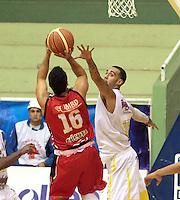 BUCARAMANGA -COLOMBIA- 28 -09-2013. Reyes de Halcones de Cucuta se aliata a lanzar sobre la cesta de Bucaros. Accion de juego entre los equipos Bucaros y Halcones de Cucuta  , partido correspondiente a la  Liga DIRECTV de Baloncesto profesional segundo semestre jugado en el coliseo Vicente Diaz Romero de la ciudad de Bucaramanga /Falcons player Cucuta Reyes readies to launch on Bucaros basket. Action game between teams and Hawks Bucaros Cucuta, game in the Professional Basketball League DIRECTV second half played at the Coliseum Vicente Diaz Romero of the city of Bucaramanga.Photo / Duncan Bustamante / VizzorImage  /Stringer