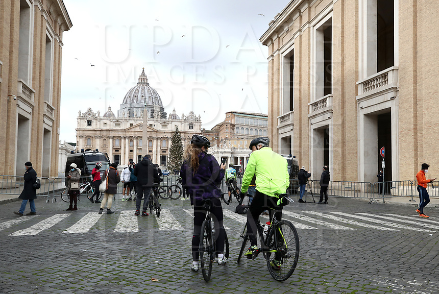 People stand outside a closed Saint Peter square before  the Pope delivers a live-streamed Urbi et Orbi blessing inside the Vatican Blessing hall amid the Covid-19 pandemic.<br /> UPDATE IMAGES PRESS/Isabella Bonotto<br /> <br /> STRICTLY ONLY FOR EDITORIAL USE