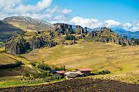 Kleine Finca vor der Felsformation von Cumbemayo mit Steinsäulen Frailones, Provinz Cajamarca, Peru, Südamerika