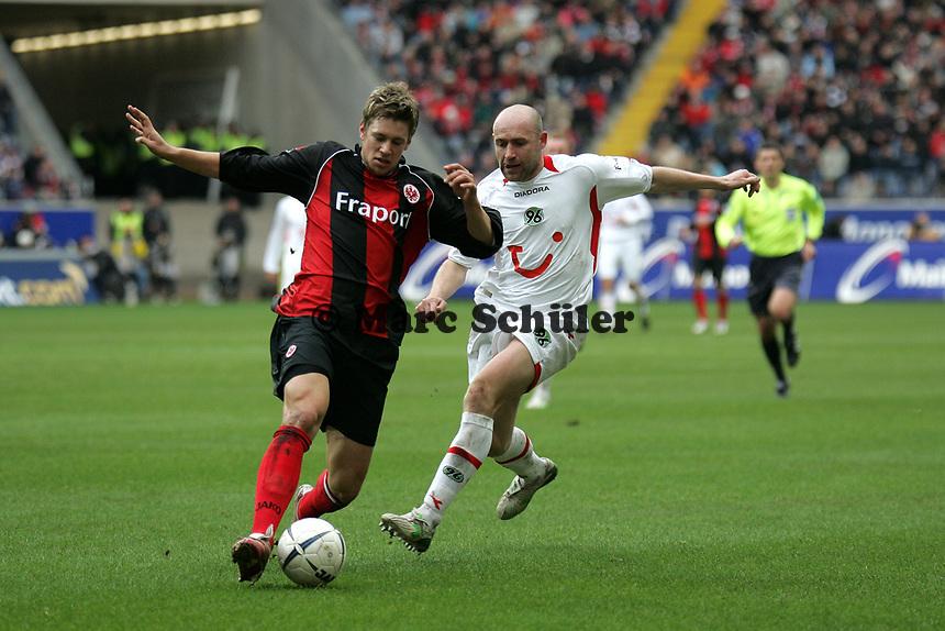 Marco Russ (Eintracht Frankfurt) im Zweikampf mit Jiri Stajner (r., Hannover 96) +++ Eintracht Frankfurt vs. Hannover 96, 03.03.2007, Commerzbak Arena Frankfurt +++ Marc Schueler, Am Wolfsberg 11, 64569 Nauheim, 0151/11654988 +++ Bild ist honorarpflichtig. Marc Schueler, Kreissparkasse Grofl-Gerau, BLZ: 50852553, Kto.: 8047714