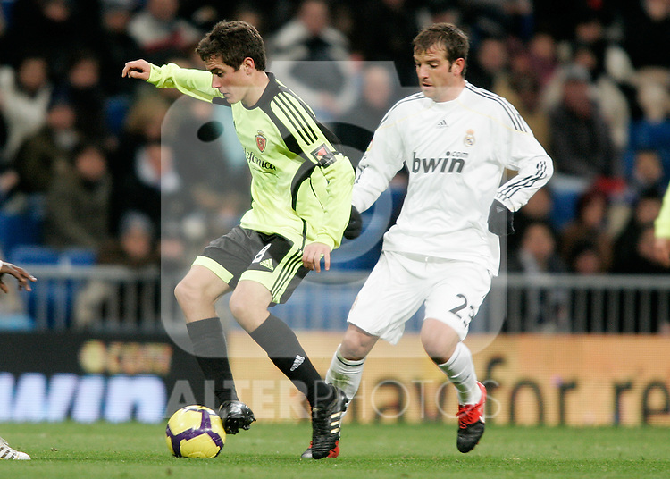Real Madrid's Rafael van der Vaart against Zaragoza's Ander Herrera during La Liga match, December 19, 2009. (ALTERPHOTOS/Alvaro Hernandez).