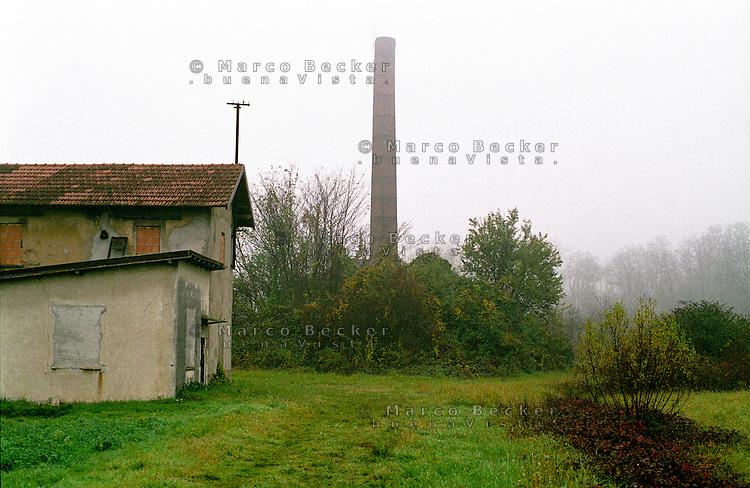 Solaro (Milano), Parco delle Groane. La ciminiera di una antica fornace in disuso avvolta nella nebbia --- Solaro (Milan), regional park Parco delle Groane. The smokestack of an ancient disused furnace shrouded in mist