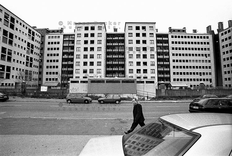 Milano, quartiere Quarto Oggiaro - Vialba, periferia nord. Un condominio --- Milan, Quarto Oggiaro - Vialba district, north periphery. An apartment building