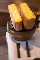 Europe/France/73/Savoie/Val d'Isère:  Service de la raclette au Restaurant de l Hôtel: L'Avancher,