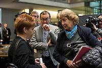 2. NSU-Untersuchungsausschuss dees Deutschen Bundestag.<br /> Aufgrund vieler Ungeklaertheiten und Fragen sowie vielen neuen Erkenntnissen ueber moegliche Verstrickungen verschiedener Geheimdienste in das Terror-Netzwerk Nationalsozialistischen Untergrund (NSU) wurde von den Abgeordneten des Bundestgas ein zweiter Untersuchungsausschuss eingesetzt.<br /> Am Donnerstag den 17. Dezember fand die 1. oeffentliche Sitzung des 2. NSU-Untersuchungsausschuss des Deutschen Bundestag statt.<br /> Im Bild vlnr: Petra Paul, Obfrau der Linksfraktion, im Gespraech mit der Sachverstaendigen Prof. Barbara John, Vorsitzende des Paritaetischen Wohlfahrtsverbandes und fruehere Berliner Auslaenderbeauftragte.<br /> 17.12.2015, Berlin<br /> Copyright: Christian-Ditsch.de<br /> [Inhaltsveraendernde Manipulation des Fotos nur nach ausdruecklicher Genehmigung des Fotografen. Vereinbarungen ueber Abtretung von Persoenlichkeitsrechten/Model Release der abgebildeten Person/Personen liegen nicht vor. NO MODEL RELEASE! Nur fuer Redaktionelle Zwecke. Don't publish without copyright Christian-Ditsch.de, Veroeffentlichung nur mit Fotografennennung, sowie gegen Honorar, MwSt. und Beleg. Konto: I N G - D i B a, IBAN DE58500105175400192269, BIC INGDDEFFXXX, Kontakt: post@christian-ditsch.de<br /> Bei der Bearbeitung der Dateiinformationen darf die Urheberkennzeichnung in den EXIF- und  IPTC-Daten nicht entfernt werden, diese sind in digitalen Medien nach §95c UrhG rechtlich geschuetzt. Der Urhebervermerk wird gemaess §13 UrhG verlangt.]