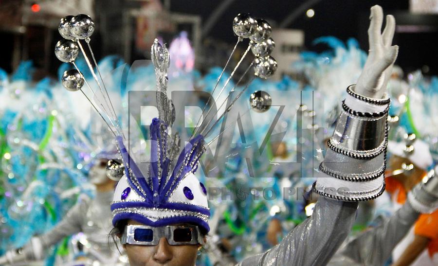 SÃO PAULO, SP, 06 DE MARÇO DE 2011 - CARNAVAL 2011 / MOCIDADE ALEGRE - Integrantes da escola de samba Mocidade Alegre durante o segundo dia dos desfiles as escolas do Grupo Especial de São Paulo, no Sambódromo do Anhembi, zona norte da capital paulista, na madrugada deste domingo (06). (FOTO: WILLIAM VOLCOV / NEWS FREE).