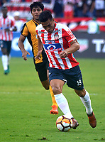 BARRANQUIILLA - COLOMBIA, 15-02-2018: Teofilo Gutierrez (Der) del Atlético Junior de Colombia disputa el balón con Roberto Rojas (Izq) jugador de Guaraní de Paraguay durante partido de ida por la tercera fase, llave 4, de la Copa CONMEBOL Libertadores 2018  jugado en el estadio Metropolitano Roberto Meléndez de la ciudad de Barranquilla. / Teofilo Gutierrez (R) player of Atlético Junior of Colombia struggles the ball with Roberto Rojas (L) player of Guarani of Paraguay during first leg match for the third phase, key 4, of the Copa CONMEBOL Libertadores 2018 played at Metropolitano Roberto Melendez stadium in Barranquilla city.  Photo: VizzorImage/ Alfonso Cervantes / Cont