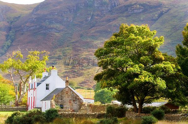 Schottland, Isle of Arran, Gebaeude, Haus, Wohnhaus, Berge, Berg, Huegel, Baeume, Idylle, Natursteinhaus, niemand, Europa, Grossbritannien, Unitary Authority North Ayrshire, Firth of Clyde, Kilbrennan-Sund, Irische See, Reise, Travel, 2009<br /> <br /> Engl.: Europe, Great Britain, Scotland, Unitary Authority North Ayrshire, Firth of Clyde, Kilbrennan-Sund, Isle of Arran, building, house, mountain, hill, 2009