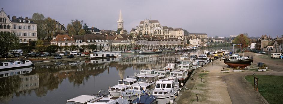 Europe/France/89/Bourgogne/Yonne/Auxerre: Brouillard matinal sur le port fluvial sur l'Yonne vu depuis la passerelle