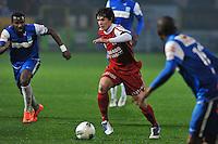 KV Kortrijk - Racing Genk : Gertjan De Mets aan de bal voor Khaleem Hyland (links).foto VDB / BART VANDENBROUCKE