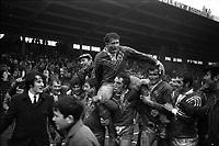 15 mars 1970. Au 1er plan le joueur toulousain Georges Aillières porté en triomphe sur les épaules de ses coéquipiers (plan 3/4, vue de face) lors d'un match France-Angleterre