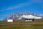Italy, South-Tyrol (Alto Adige - Trentino), Val Venosta, truck and coach at Reschen passroad near Malles Venosta, at background Nauderer mountains, part of Oetztal Alps | Italien, Suedtirol, Vinschgau, LKW und Reisebus auf der Reschen Pass-Strasse bei Mals, im Hintergrund die Nauderer Berge, Teil der Oetztaler Alpen