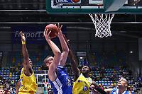 Jonas Wohlfahrt-Bottermann (Fraport Skyliners) gegen Bazoumana Kone (Basketball Löwen Braunschweig) - 11.10.2017: Fraport Skyliners vs. Basketball Löwen Braunschweig, Fraport Arena Frankfurt