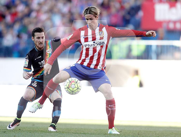 Atletico de Madrid's Fernando Torres (r) and Rayo Vallecano's Tito Roman during La Liga match. April 30,2016. (ALTERPHOTOS/Acero)