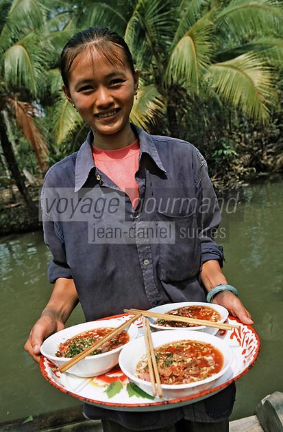 Thailande/Env de Bangkok: Soupe de nouilles & riz avec du porc, du sucre de canne, des piments séchés et des cacahuètes chez Suda près de Tha Kha à Ban-Ama