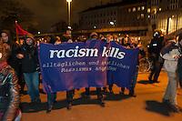 Protestdemonstration anlaesslich des Abbaus des Fluechtlingscamp auf dem Oranienplatz.<br /> Am Morgen des 8. April 2014 begannen in Berlin-Kreuzberg die Fluechtlinge mit dem Abbau des Camp auf dem Oranienplatz. Nach fast 2 Jahren Leben in Zelten und selbstgebauten Huetten wurde eine Loesung fuer die Unterbringung der Fluechtlinge gefunden. Jedoch koennen nicht alle Fluechtlinge vom Oranienplatz in die angebotene Unterkunft und stehen nun vor der Situation, keine Bleibe mehr zu haben. Sie weigerten sich Ihre Unterkuenfte abzureissen, so dass es zum Streit unter den Fluechtlingen kam - die angebotene Unterkunft kann erst bezogen werden, wenn alle Zelte und Huetten abgerissen sind.<br /> Die Stadtreinigung entsorgt die abgerissenen Zelte und Huetten.<br /> Die Polizei war bis in die Mittagsstunden nur in mit wenigen Zivilbeamten vor Ort. Als eine Baufirma auf Anweisung des Bezirks anfing den Oranienplatz und die letzten darauf befindlichen Zelte und Menschen einzuzaeunen, enfernten die Menschen den Zaun und unterbanden diese Aktion. Daraufhin sperrte die Polizei binnen 3 Minuten mehrere Einsatzhundertschaften den Oranienplatz komplett ab. Es befanden sich zu diesem Zeitpunkt nur noch etwa 100 Menschen dort. Sie versuchten mit einer Sitzblockade gegen die angekuendigte polizeiliche Rauemung zu verhindern, wurden jedoch z.T mit Gewalt vom Platz verbracht. Einige wenige Menschen fluechteten auf einen Baum und weigerten sich herunter zu kommen.<br /> Der Platz wurde sofort nach der Raeumung erneut eingezaeunt.<br /> In den Abendstunden versammelten sich ca. 1.200 Menschen zu einer Protestdemonstration bei der es zu Rangeleien mit der Polizei kam. Mehere Personen wurden festgenommen, darunter auch ein Pressefotograf.<br /> 8.4.2014, Berlin<br /> Copyright: Christian-Ditsch.de