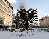 Denkmal für gefallene UCK-Soldaten in Kosovska Mitrovica.  Bis heute sind Entführungen und mögliche Fälle von gewaltsamen Organtransplantaionen im Kosovo nicht aufgedeckt. / hijacking and possible cases of forcible organ transplantaions are not solved untill today. Memorial forkilled UCK-Soldiers.