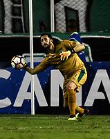 PALMIRA - COLOMBIA, 19-09-2018: Camilo Vargas, guardameta de Deportivo Cali, en acción, durante partido entre Deportivo Cali (COL) y Liga Deportiva Universitaria de Quito (ECU), de los octavos de final, llave H, por la Copa Conmebol Sudamericana 2018, jugado en el estadio Deportivo Cali (Palmaseca) en la ciudad de Palmira. / Camilo Vargas, goalkeeper of Deportivo Cali, in action, during a match between Deportivo Cali (COL) and Liga Deportiva Universitaria de Quito (ECU), of eighth finals, key H, for the Copa Conmebol Sudamericana 2018, at the Deportivo Cali (Palmaseca) stadium in Palmira city. Photo: VizzorImage / Luis Ramirez / Staff.