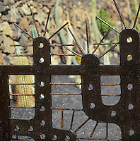 Europe/Espagne/Iles Canaries/Lanzarote/Guatiza : Le jardin de cactus conçu par Cesar Manrique - Détail de la grille d'entrée