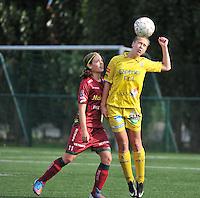 Dames Zulte Waregem - WB Sinaai Girls : duel tussen Marjolein De Donder (rechts) en Sheryl Merchiers (links)<br /> foto David Catry / VDB