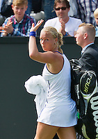 16-06-13, Netherlands, Rosmalen,  Autotron, Tennis, Topshelf Open 2013, First round,  Kiki Bertens waves to the public as she leaves the court<br /> <br /> Photo: Henk Koster