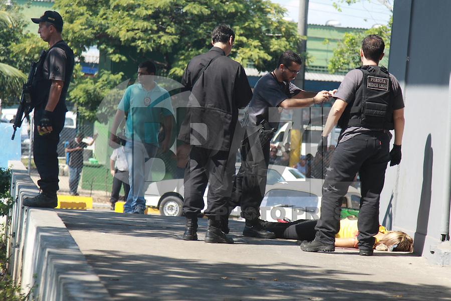 RIO DE JANEIRO, RJ, 17.08.2015 - CRIME-RJ - Uma funcionaria e um segurança de uma loja do Ceasa de Irajá foram mortos após reagirem a um assalto na zona norte do Rio de Janeiro, nesta segunda-feira, 17. (Foto: Celso Barbosa/Brazil Photo Press)