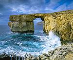 Malta, Insel Gozo, Dwejra Point: Azure Window (Tieqa Zerqa) - Felsformation im Westen der Insel | Malta, Island Gozo, Dwejra Point: Azure Window (Tieqa Zerqa) - rock formation on stormy sea
