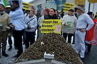 Ca. 25 Bienenzuechter und das Kampagnennetzwerk campact protestierten am Mittwoch den 16. Januar 2013 vor dem Bundeskanzleramt gegen den zunehmenden Einsatz von Pestizieden in der Landwirtschaft. Der Einsatz von Insektenvernichtungsmitteln gefaehrdet die Bienen und somit die Existenz der Imker.<br />Im Bild: Tote Bienen aus einem Bienenstock.<br />16.1.2013, Berlin<br />Copyright: Christian-Ditsch.de<br />[Inhaltsveraendernde Manipulation des Fotos nur nach ausdruecklicher Genehmigung des Fotografen. Vereinbarungen ueber Abtretung von Persoenlichkeitsrechten/Model Release der abgebildeten Person/Personen liegen nicht vor. NO MODEL RELEASE! Don't publish without copyright Christian-Ditsch.de, Veroeffentlichung nur mit Fotografennennung, sowie gegen Honorar, MwSt. und Beleg. Konto:, I N G - D i B a, IBAN DE58500105175400192269, BIC INGDDEFFXXX, Kontakt: post@christian-ditsch.de<br />Urhebervermerk wird gemaess Paragraph 13 UHG verlangt.]