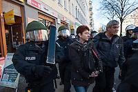Zwangsraeumung in Berlin.<br />Am Donnerstag den 27. Maerz lies ein Hausbesitzer eine fuenfkoepfige Familie aus ihrer Wohnung in der Reichenbergerstrasse in Berlin-Kreuzberg zwangsraeumen. Nach laengerem Streik wegen Laermbelaestigung durch Gastronomie und damit verbundener Mietminderung, wurde die Zwangsraeumung durch die Gerichtsvollzieherin gewaltsam von der Polizei durchgesetzt. Die Familie hatte zum Zeitpunkt der Raeumung die Wohnung schon verlassen und wollte 3 Tage spaeter die Wohnungsschluessel dem Hausbesitzer uebergeben. Der bestand jedoch auf die gerichtliche erstrittene Zwangsraeumung.<br />Aus Protest gegen die Zwangsraeumung versammelten sich am Morgen des 27.3.2014 ca. 100-120 Personen vor dem Haus um ihre Solidaritaet mit der betroffenen Familie zu zeigen, einige von ihnen setzten sich vor die Eingangstuer des Hauses.<br />Im Anschluss an die erfolgreiche Zwangsraeumung nahm die Polizei mehrere Personen fest, die sich vor den Hauseingang gesetzt hatten.<br />Im Bild: Die Polizei geleitet die Gerichtsvollzieherin nach der Vollstreckung der Raeumung aus dem Haus. Links ein Polizeibeamter mit einer Ramme um Tueren aufzubrechen.<br />27.3.2014, Berlin<br />Copyright: Christian-ditsch.de<br />[Inhaltsveraendernde Manipulation des Fotos nur nach ausdruecklicher Genehmigung des Fotografen. Vereinbarungen ueber Abtretung von Persoenlichkeitsrechten/Model Release der abgebildeten Person/Personen liegen nicht vor. NO MODEL RELEASE! Don't publish without copyright Christian-Ditsch.de, Veroeffentlichung nur mit Fotografennennung, sowie gegen Honorar, MwSt. und Beleg. Konto:, I N G - D i B a, IBAN DE58500105175400192269, BIC INGDDEFFXXX, Kontakt: post@christian-ditsch.de Urhebervermerk wird gemaess Paragraph 13 UHG verlangt.]
