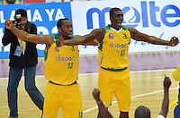 BOGOTÁ -COLOMBIA. 08-06-2014. Jugadores de Cimarrones del Chocó celebran el título como campeones de la  Liga DirecTV de Baloncesto 2014-I de Colombia después de derrotar a Guerreros de Bogotá en el quinto  partido por los playoffs finales realizado en el coliseo El Salitre de Bogotá./ Players of Cimarrones del Choco celebrates the title as champions of the DirecTV Basketball League 2014-I in Colombia after defeated to Guerreros de Bogota in the 5th game for the playoffs finals played at El Salitre coliseum in Bogota. Photo: VizzorImage/ Gabriel Aponte / Staff
