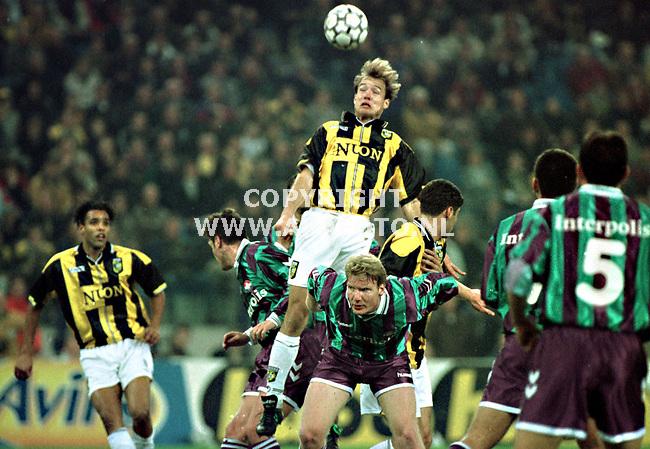 Arnhem,151299  foto: Koos Groenewold (APA)<br />Jochemsen kopt voor Vitesse.Op de achtergrond kijkt van Hooijdonk toe