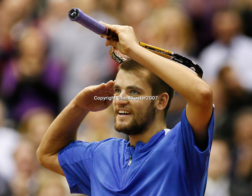 25-2-07,Tennis,Netherlands,Rotterdam,ABNAMROWTT,   Mikhail Youzhny salutes the crowd after his victory