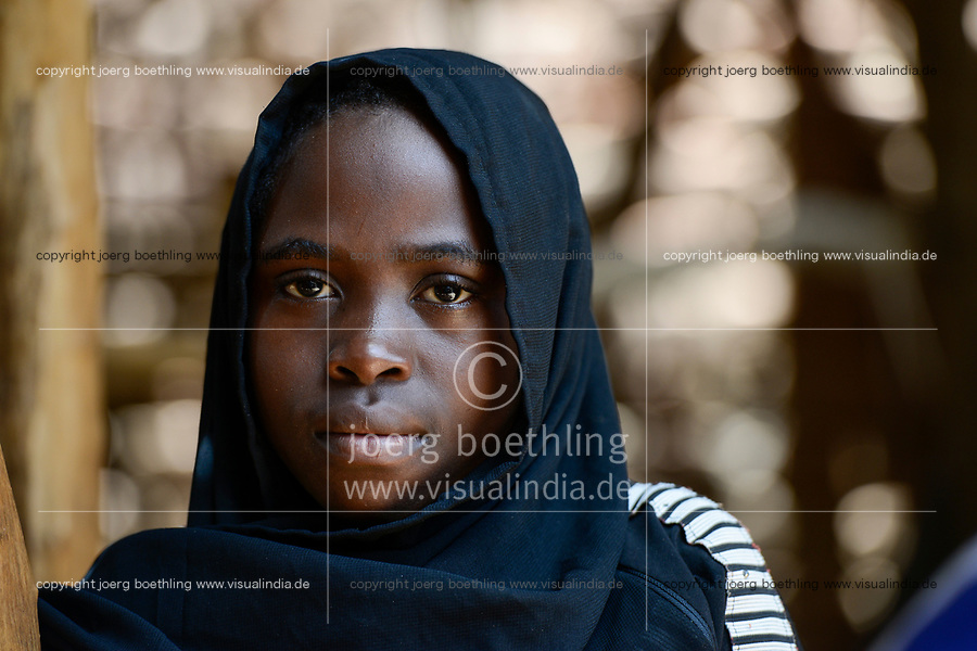 CHAD, Goz Beida, market , young muslim girl / TSCHAD, Goz Beida, Markt, junges Maedchen