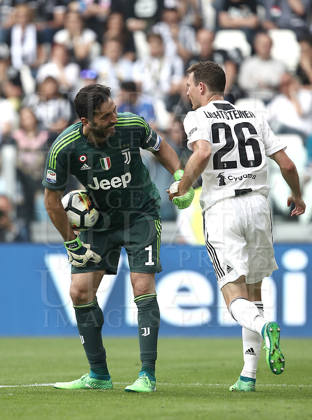 Calcio, Serie A: Juventus - Hellas Verona, Torino, Allianz Stadium, 19 maggio, 2018.<br /> Juventus' Captain and goalkeeper Gianluigi Buffon (l) speaks with his teammates Stephan Lichtsteiner (r) during the Italian Serie A football match between Juventus and Hellas Verona at Torino's Allianz stadium, 19 May, 2018.<br /> Juventus won their 34th Serie A title (scudetto) and seventh in succession.<br /> Gianluigi Buffon played his last match with Juventus today after 17 years.<br /> UPDATE IMAGES PRESS/Isabella Bonotto