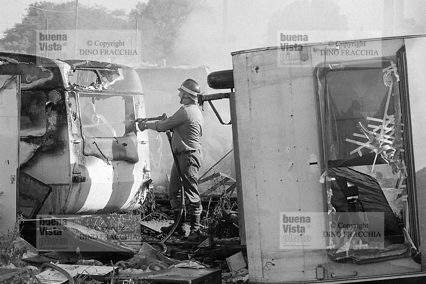 - Milano, Luglio1991, accampamento abusivo di immigrati nordafricani a Molino Dorino, periferia nord della città; incendio di roulottes<br /> <br /> - Milan, July 1991, abusive encampment of North African immigrants in Molino Dorino, a northern suburb of the city; fire of caravans