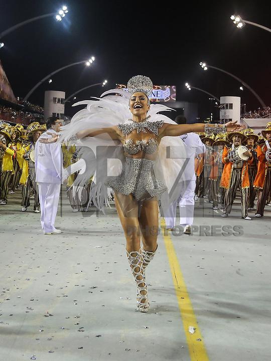 SAO PAULO, SP, 10 FEVEREIRO 2013 - CARNAVAL SP - GAVIEOES DA FIEL  - A apresentadora Sabrina Satto da escola de samba Gavioes da Fiel durante desfile no segundo dia do Grupo Especial no Sambódromo do Anhembi na região norte da capital paulista, na madrugada deste domingo, 10. (FOTO: WILLIAM VOLCOV / BRAZIL PHOTO PRESS).