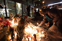 Vigile au métro Fabre en mémoire de Naima Rharouity, le 2 Fevrier 2014.<br /> <br /> De nombreuses personnes se sont rassemblées au Métro Fabre, dimanche soir, afin de souligner le décès de Naima Rharouity, cette femme de 47 ans décédée tragiquement jeudi quand son foulard s'est coincé dans le mécanisme de l'escalier roulant. Plusieurs personnes ont déposé des fleurs sur la neige et ont allumé des bougies autour d'une photo de cette mère de deux deux garçons âgés de huit et cinq ans.<br /> <br /> PHOTO : Agence Quebec Presse<br /> <br /> <br /> PHOTO : Agence Quebec Presse